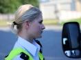 Vozidlo zachytilo dívku zpětným zrcátkem. Řidič z místa kolize ujel!
