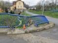 Řidič na Jesenicku poškodil kovové zábradlí mostku