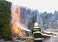 Na šumperském hřbitově hořely túje