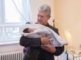 Hejtman Košta obdaroval první dítě Olomouckého kraje roku 2017