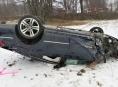 Passat se při nehodě v Jeseníku přetočil na střechu