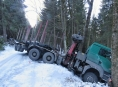 Nákladní souprava uvízla na lesní cestě u Sobotína