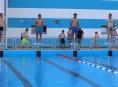 FOTO: Společný skok do vody otevřel zábřežské koupaliště