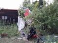 Do zahrádek se zřítil paraglidista