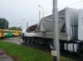 Kamion v Olomouci se srazil na přejezdu s osobním vlakem
