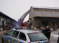 Hasiči s Policii ČR zachránili muže před skokem ze střechy