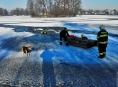 Pod zasahujícími hasiči se prolomil v Sudkově na rybníce led