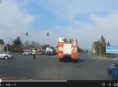 VIDEO: Hořelo auto na sjezdu z R35 u Přáslavic