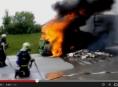 Avie začala za jízdy hořet