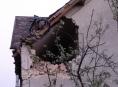 Octavia po nehodě letěla vzduchem a narazila do štítu domu