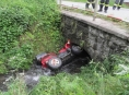 Opilý řidič na čtyřkolce skončil v potoce