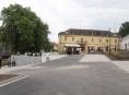 Bouzov má opravené náměstí a cestu k hradu