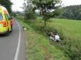 Motorkář u Vidnavy najel na nezpevněnou krajnici a přepadl přes řídítka
