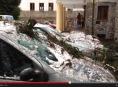 VIDEO:Na lázeňský dům Šárka ve Velkých Losinách spadl strom