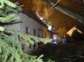 Ve Zlatých Horách hořel dům nedaleko benzínové stanice