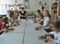Nevidomá sochařka Petra Voglová učarovala dětem v Krasohledu