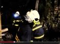 VIDEO: Hasiči zabezpečili strmý sráz po sesuvu půdy