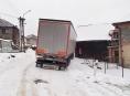 Nad rodinným domem v Jedlí zůstal viset kamion