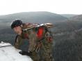 Vojáci museli v Jeseníkách zdolat vrchol třicetimetrové skály s kulometem