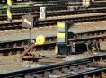 Opilého mladíka, který šel kolem kolejí, zachytil vlak za ruku