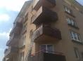 Oheň z hořícího balkonu se do bytu nerozšířil