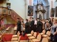"""Za zvuků """"Ouvertury"""" vstoupilo 277 studentů do klášterního kostela v Šumperku"""