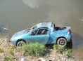Auto spadlo z osmi metrového srázu do vody