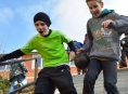 Školáci ze Staroměstska si netradičně vydělávají na běžky
