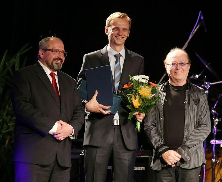 Ondřej Polák přebírá cenu Olomouckého kraje zdroj foto:Ol.k.