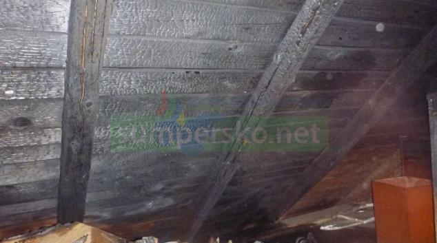 Střecha domu v Chromči začala hořet kvůli jiskře z komína