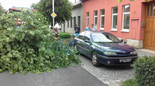 Při nedělní bouřce spadl v Třeštině strom na zaparkované vozidlo