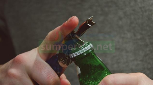 Za pomoci figurantů inspekce kontroluje nalévání alkoholu mladistvým