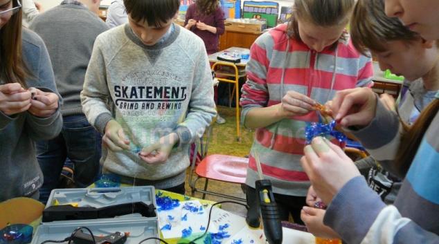 FOTO! Žáci na šumperské škole vyráběli šperk z plastu