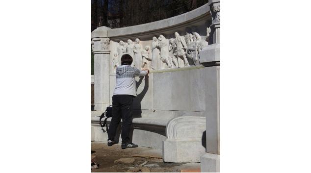 Jak probíhalo restaurování mramorové lavice v Jeseníku