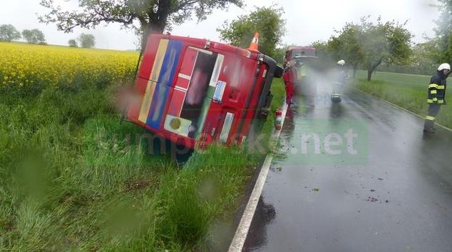 Nákladní vozidlo na Jesenicko najelo na nezpevněnou krajnici