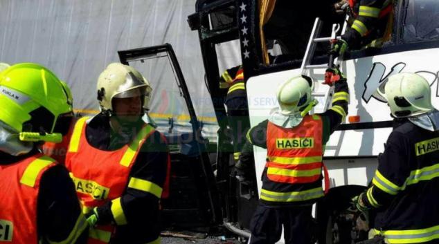 Vážná dopravní nehoda uzavřela na několik hodin dálnici D35