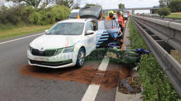 Řidič na dálnici usnul a zezadu narazil do motorkáře