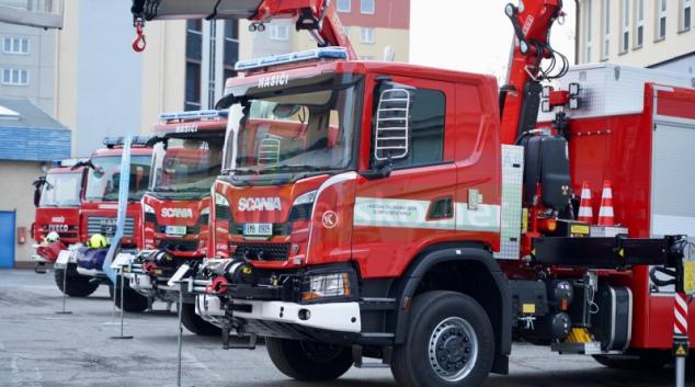 Profesionální a dobrovolní hasiči převzali novou techniku
