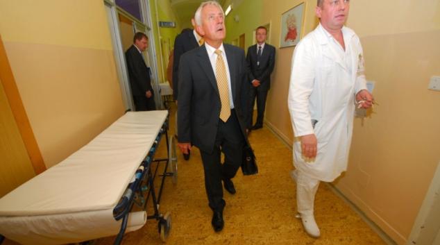 Ministr zdravotnictví dnes navštívil FN Olomouc, prohlédl si prostory nejstarší budovy určené k přestavbě
