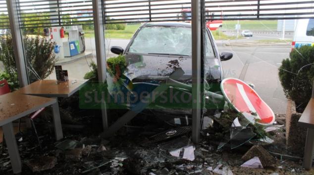Řidič omylem sešlápl plyn a narazil do budovy čerpací stanice