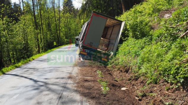 Po najetí na nezpevněnou krajnici skončil řidič s tahačem v příkopu