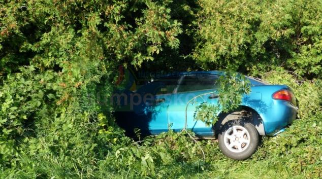 Opilá řidička i s vozidlem skončila v živém plotu
