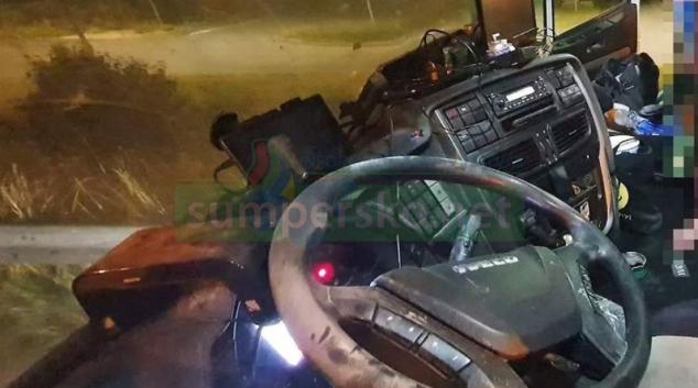 Kabinu kamionu vystříkal ukradeným hasičákem