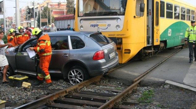 Řidič pod vlivem alkoholu vjel v Olomouci pod vlak