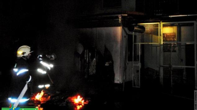 Hořela unimobuňka ve dvoře pekárny