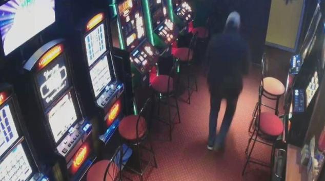Policie zjišťuje totožnost lupiče z olomoucké herny