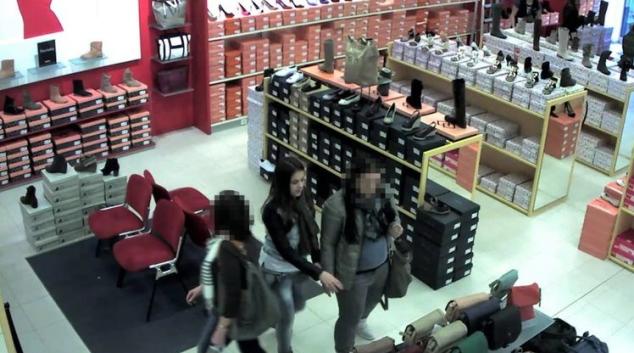 Dvojice bez placení vynesla z obchodu boty za 15 tisíc