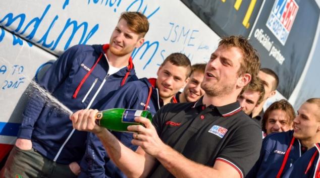 MS v ledním hokeji 2015: Hráči pokřtili autobus