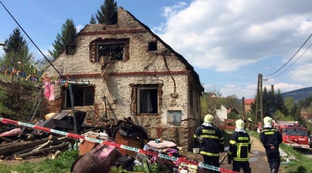 V Písečné zachvátil oheň starší rodinný dům