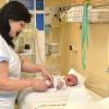 Zdravotníci z Nemocnice Šumperk měří novorozence nově až třetí den po porodu    foto: NŠ